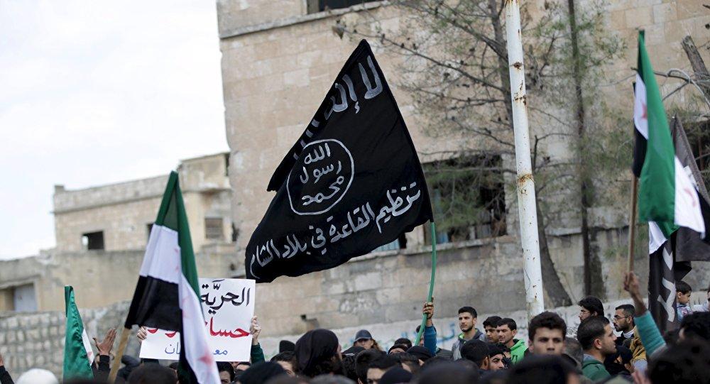 La bandera de Al Qaeda vista durante una manifestación antigubernamental en la provincia de Idlib en Siria