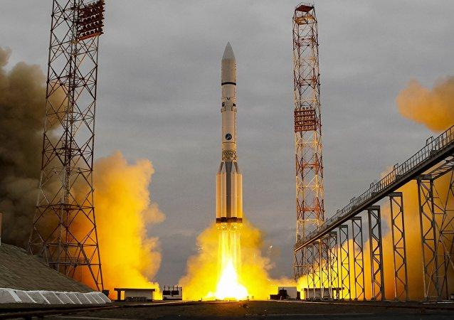 Un misil Protón-M despegando del cosmódromo de Baikonur en Kazajistán