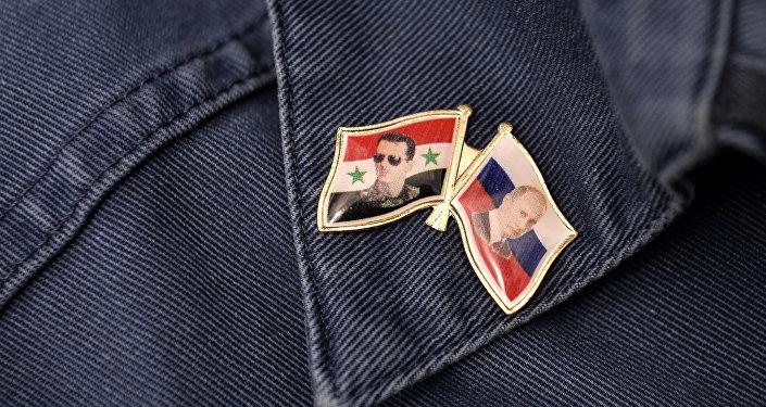 Pins con retratos del presidente sirio, Bashar Asad, y presidente ruso, Vladímir Putin