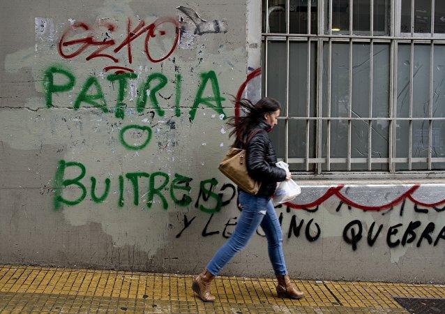 Un graffiti contra los fondos buitre en Buenos Aires (archivo)