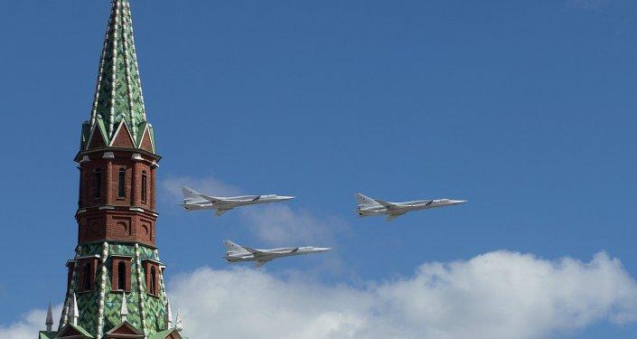 Los bombarderos estratégicos Tu-22M3 sobrevuelan el Kremlin (archivo)