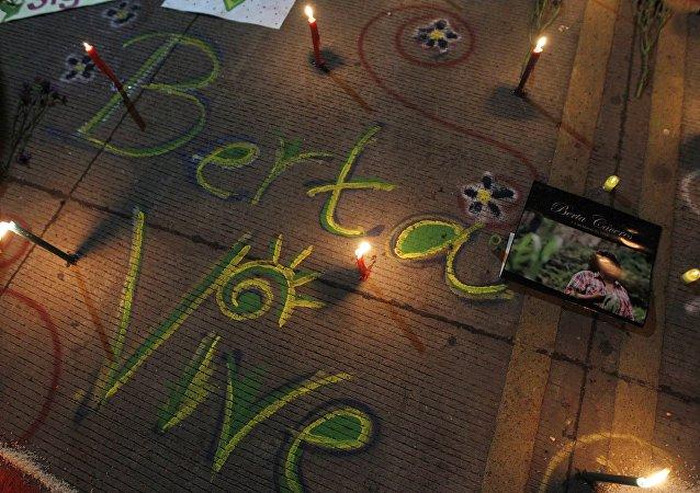 Las palabras Berta Vive escritas con tiza en honor a la activista de derechos ambientales Berta Cáceres, asesinada durante en 2016