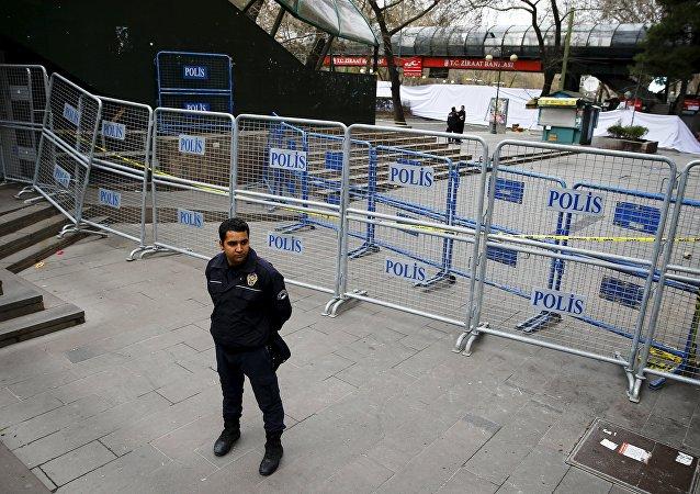 Un policía en el lugar del atentado en Ankara