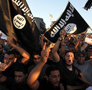 Hombres con banderas de Daesh (archivo)