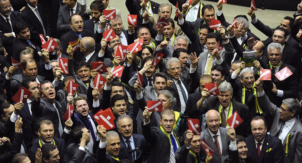Los diputados de la oposición llevaban cintas de color verde y amarillo y tarjetas rojas con la inscripción '¡Impeachment ya!'
