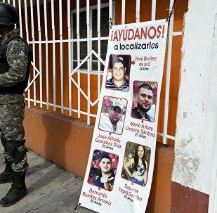 Pancarta con las imágenes de los jovenes desaparecidos en Tierra Blanca, México
