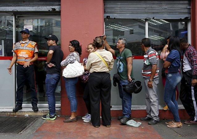 Venezolanos guardan turno frente a supermercado
