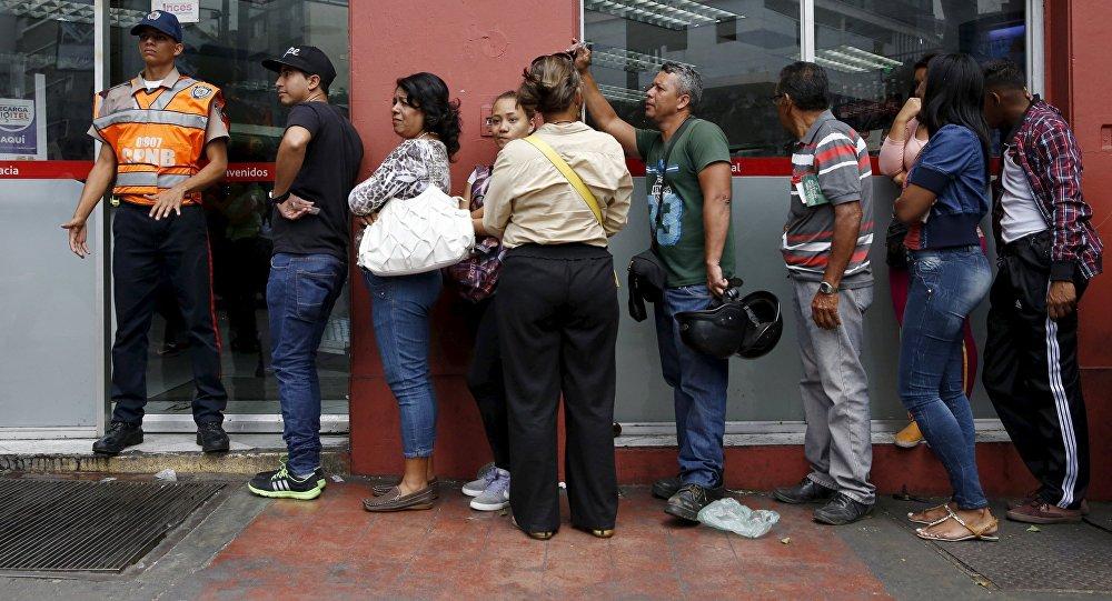 Venezolanos guardan turno frente a supermercado (archivo)