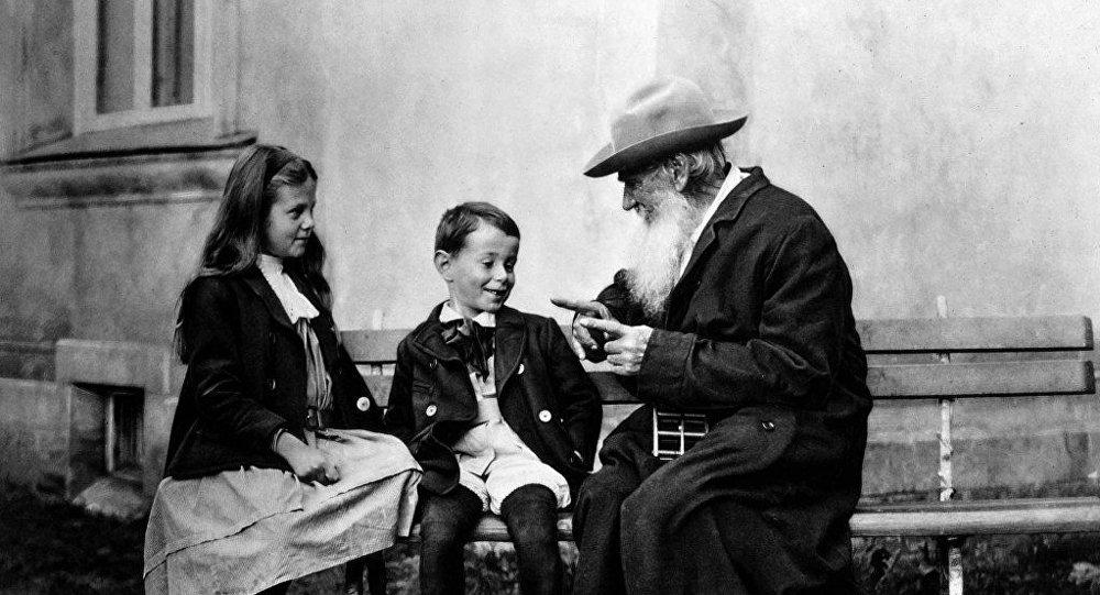León Tolstói (dcha.) con sus nietos