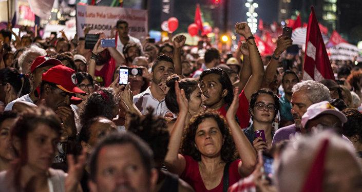Simpatizantes de Rousseff y Silva se lanzan a las calles en apoyo a la presidenta