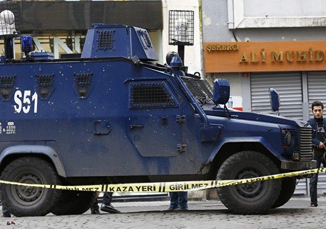 Los policías en el lugar del atentado en el centro de Estambul