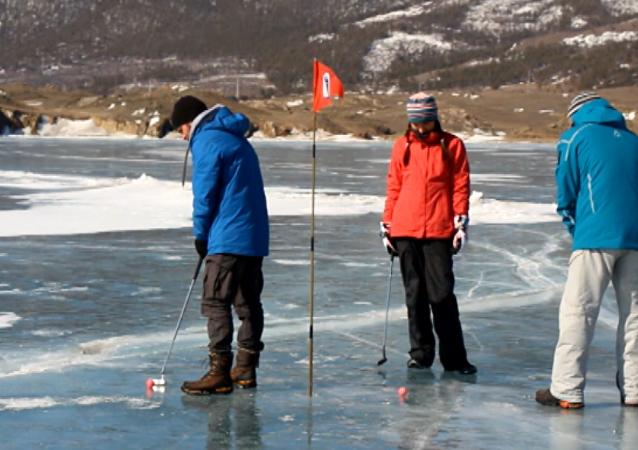 El campo para el torneo internacional de golf sobre hielo del lago Baikal