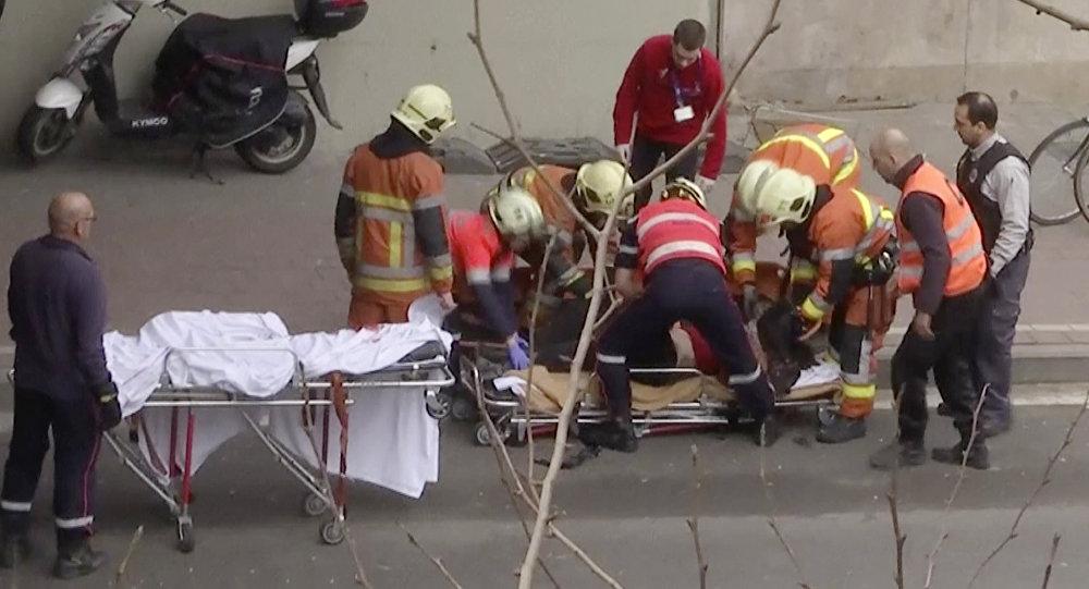 Soccoristas belgas ayudan a la víctima del ataque terrorista en el metro de Bruselas