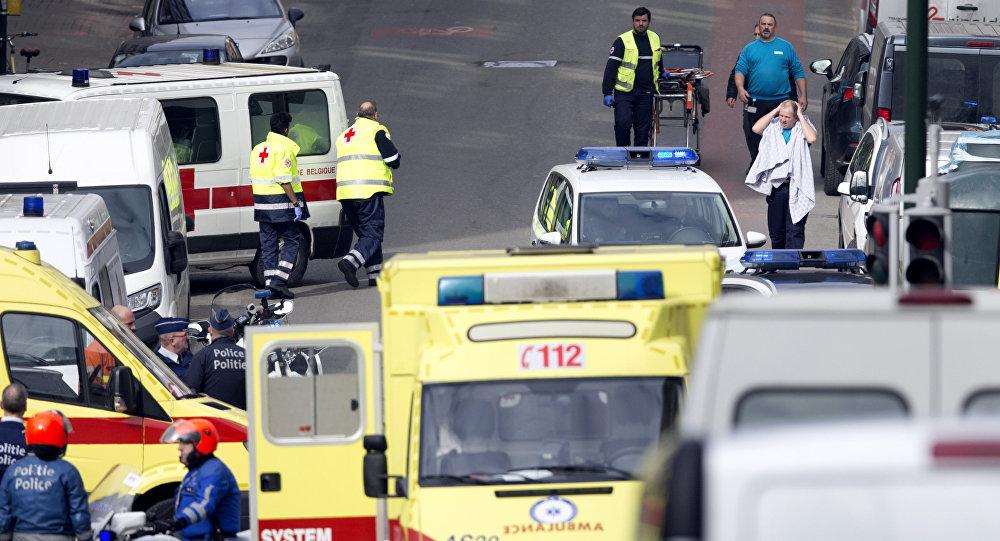 Servicios de emergencia evacúan víctimas tras una explosión en el metro de Bruselas