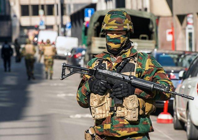 Un militar en Bruselas cerca de la estación de Maelbeek tras los atentados