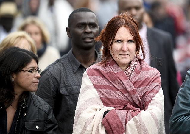 La gente en el lugar de uno de los atentados en Bruselas