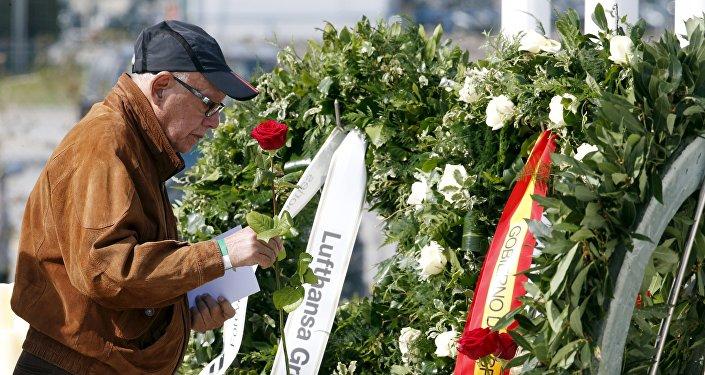 Un hombre rinde homenaje a las víctimas del vuelo de Germanwings Barcelona-Düsseldorf