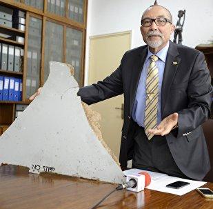 Comandante Joao Abreu, jefe del Instituto de la Aviación Civil de Mozambique, con una parte de los restos del MH370