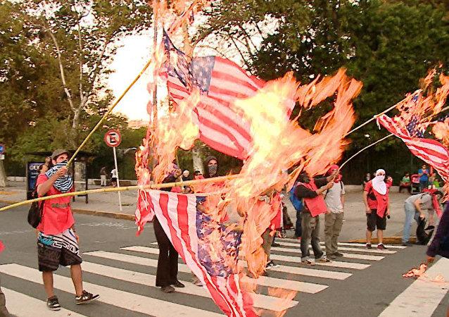 Bonaerenses queman la bandera de EEUU en protesta por la visita de Obama
