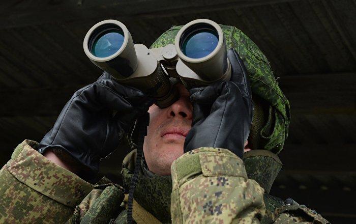 Un militar con unos prismáticos