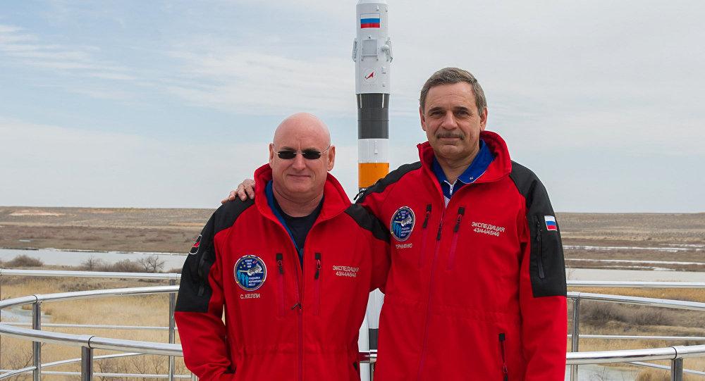 Los astronautas Scott Kelly y Mijaíl Kornienko