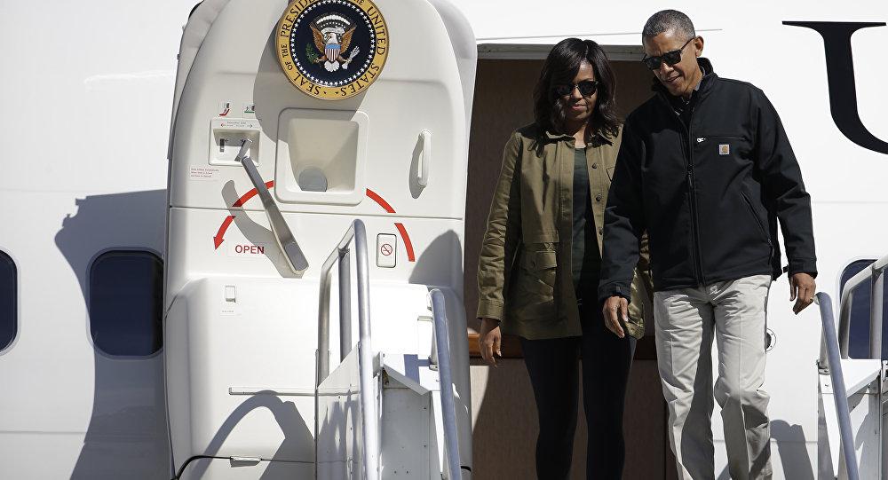 El Presidente de EEUU, Barack Obama, y la primera dama Michelle, bajan del avión presidencial en Bariloche, Argentina, 24 de de marzo de 2016