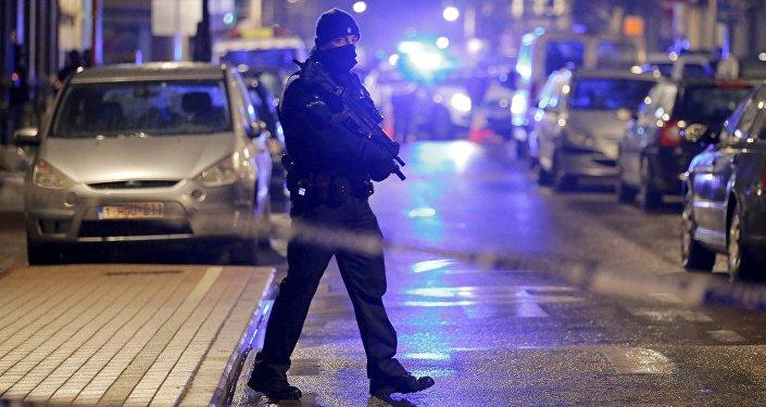 Un policía belga durante una operación en Schaerbeek (archivo)