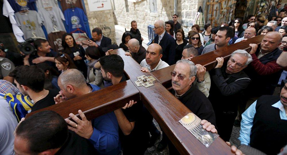 Peregrinos llevan una cruz durante la celebracion de Viacrucis en Jerusalén