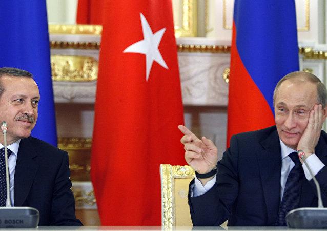 Vladímir Putin hace un gesto hacia Recep Tayyip Erdogan (archivo)