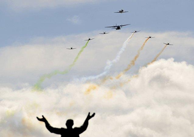 Los aviones vuelan sobre la calle de O´Connell durante el aniversario de Alzamiento de Pascua en Irlanda