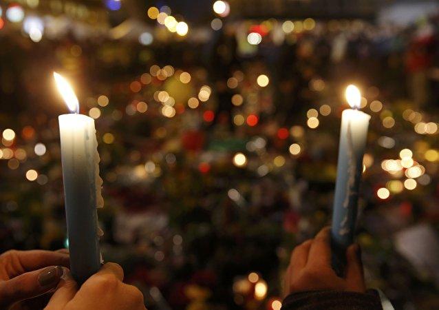 La gente rinde homenaje a las víctimas de los atentados en Bruselas