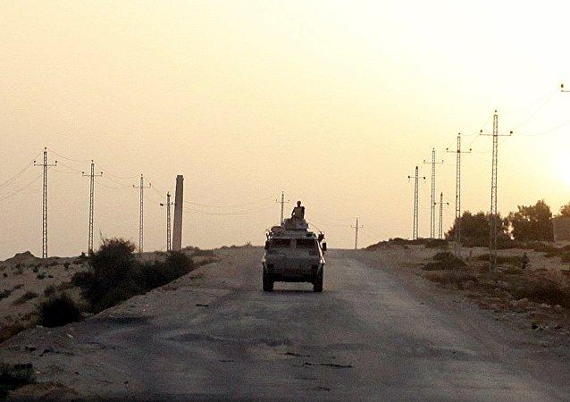 Vehículo militar egipcio en la península de Sinaí