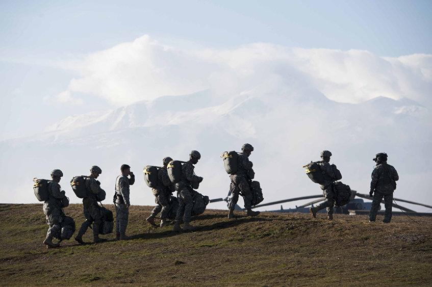 Militares estadounidenses durante los ejercicios militares en la base Bondsteel