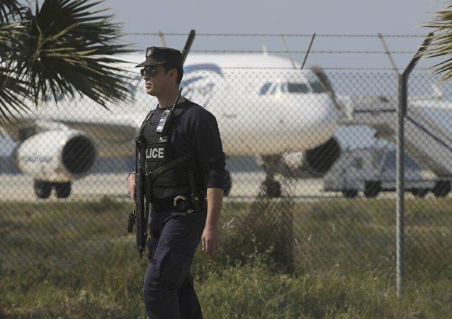 Policía cerca del aeropuerto de Lárnaca (archivo)