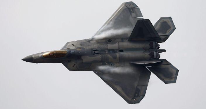 Истребитель F-22 Raptor во время выступлений в Сантьяго