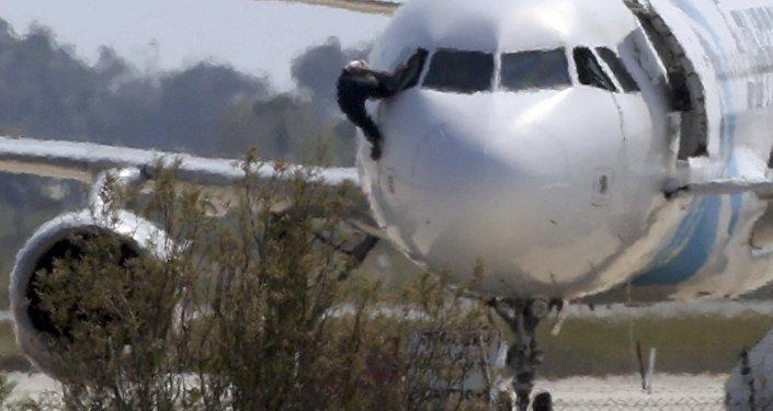 El piloto del A320 secuestrado salta del avión por la ventanilla