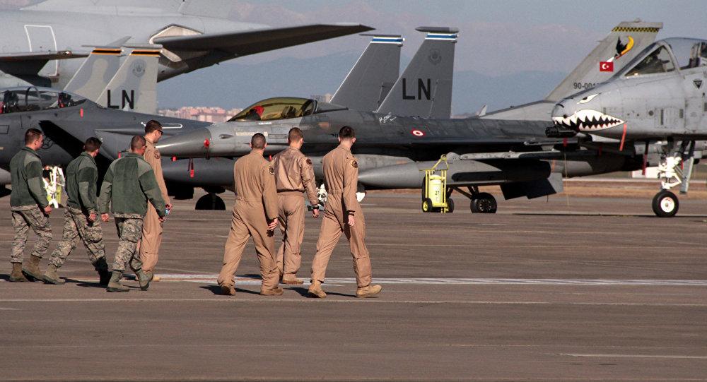 Militares estadounidenses en la base de aérea Incirlik en Turquía
