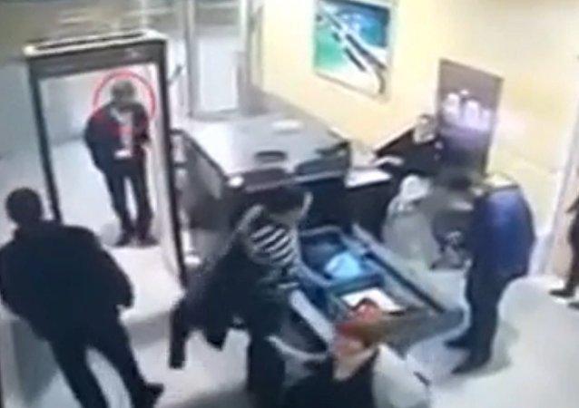 El secuestrador del A320 egipcio en el aeropuerto de Alejandría