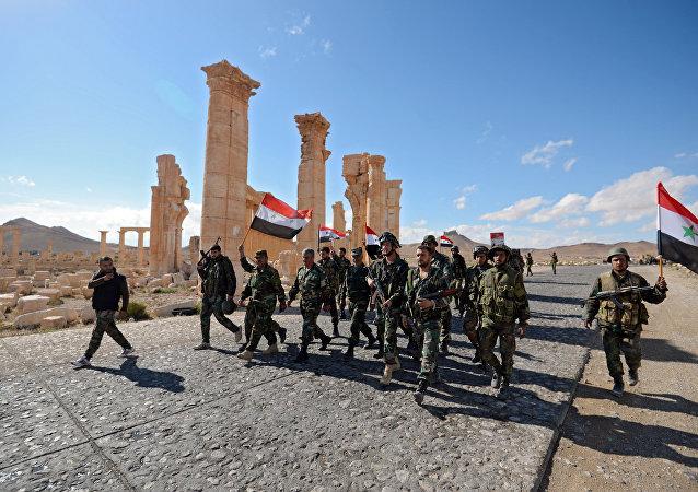 Los soldados sirios con la bandera nacional del país