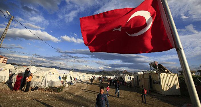 Bandera de Turquía en un campo de refugiados sirios
