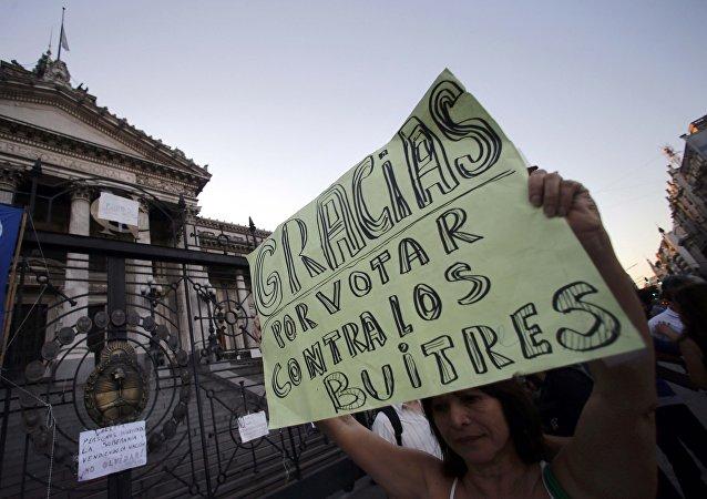 Una mujer con un cartel frente al Congreso en Buenos Aires