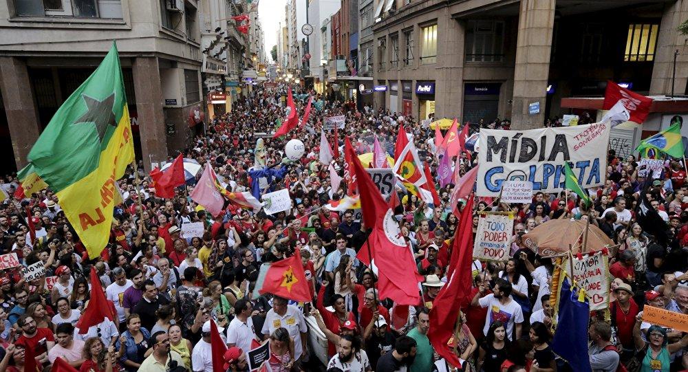 Protestas contra impeachment de Rousseff en Porto Alegre