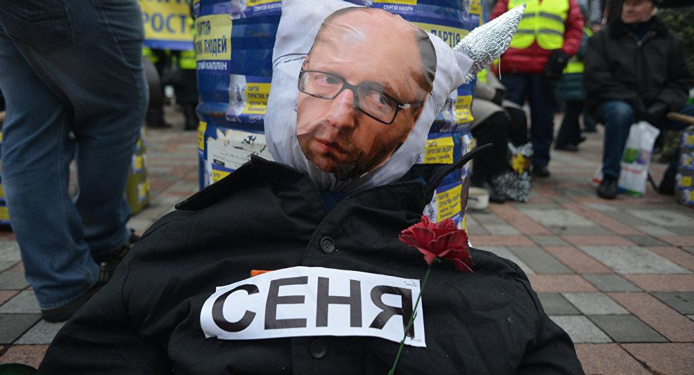 Manifestantes exigen la dimisión de Yatseniuk cerca de la Rada Suprema