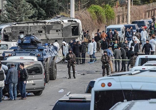 Fuerzas de seguridad turcas en el lugar del atentado en Diyarbakir