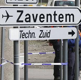 Agentes de policía y soldados belgas controlan el acceso al aeropuerto belga de Zaventem