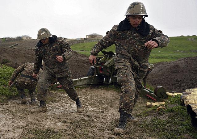 Soldados de la autodefensa de Nagorno Karabaj disparan un cañon de artillería
