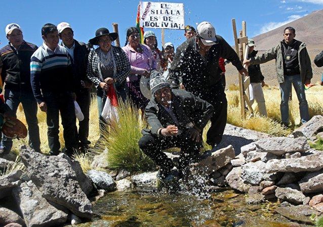 Evo Morales, presidente de Bolivia, salpicando de las aguas del manantial del Silala