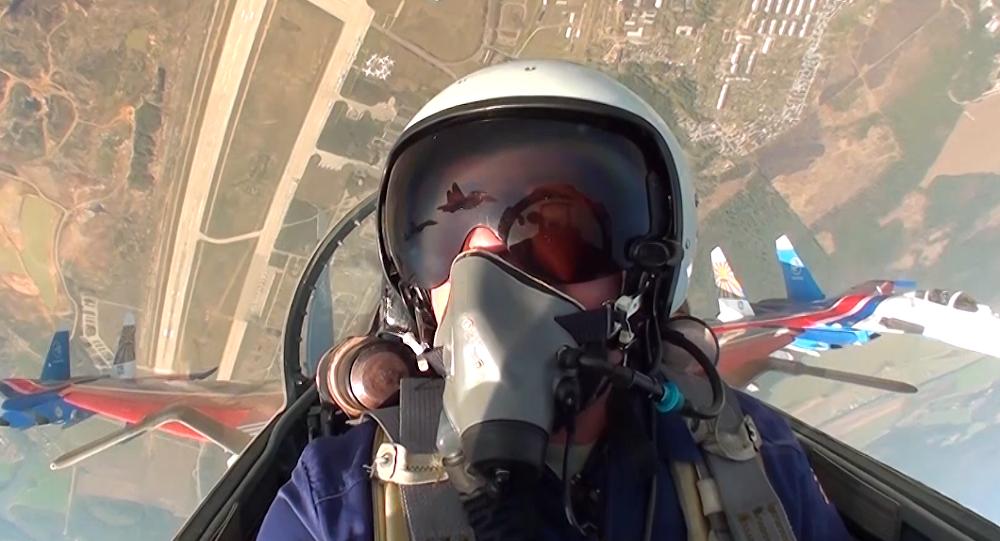 El piloto del legendario equipo de acrobacia aérea ruso, Rúskiye Vítiazi