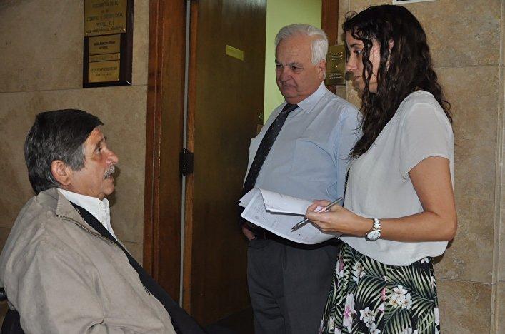 Carlos Slepoy hablando con el secretario de la jueza, Alfredo Mangano, y otra secretaria de la magistrada, a las puertas del juzgado.