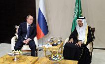 El presidente ruso con el rey saudí